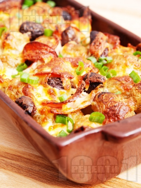 Запечени пресни картофи със сирене, маслини, кашкавал и колбас на фурна - снимка на рецептата